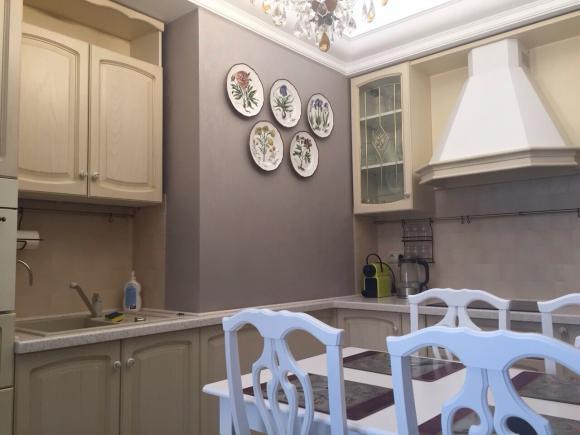 """Коллекция тарелок """"Ботанические гравюры"""" , 28 см, в интерьере кухни."""