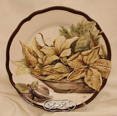 Цветы тыквы в блюде и сливы
