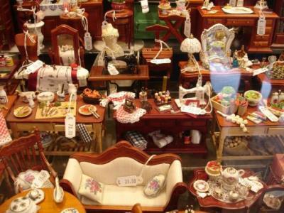 Витрина с коллекционными фарфоровыми миниатюрами